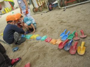 砂場で遊ぶ園児の写真